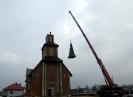 Montaż krzyża na dachu wieży